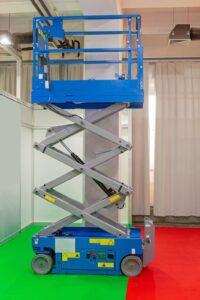 Podesty ruchome to urządzenia wykorzystywane do podnoszenia towarów, osób, materiałów budowlanych