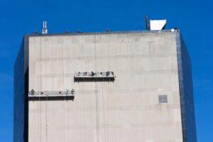 Operatorzy podestów ruchomych wiszących są zatrudniani w firmach budowlanych, remontowych, montażowych